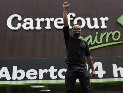 Manifestante protesta na porta do Carrefour, em Brasília, pelo assassinato de Beto.