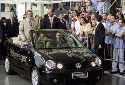 Lula visita uma fábrica da Volkswagen, em março de 2003.