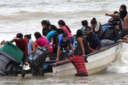 Migrantes venezuelanos chegam de barco a Los Iros Beach, em Trinidad e Tobago, no dia 24 de novembro.