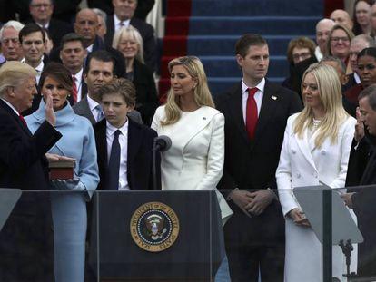 Donald Trump jura o cargo de presidente dos EUA ao lado da esposa e os cinco filhos.