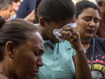 Mulher chora a espera da lista de mortos