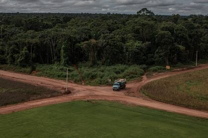 Um caminhão circula dentro de uma fazenda nos arredores de Sinop, na Amazônia. A lei obriga que uma propriedade rural conserve 80% de sua vegetação.