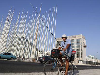 A 'Seção de Interesses' dos EUA em Havana, ao fundo, que será a próxima embaixada.