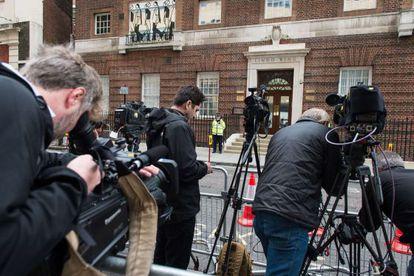 Os meios de comunicação às portas do St. Mary's Hospital, onde Kate Middleton deu à luz.