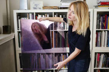 A artista Odile Soudant, em em seu estudo de Paris.