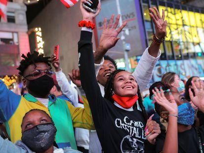 População de Nova York celebra a vitória de Biden e Harris nas eleições dos EUA, neste sábado.