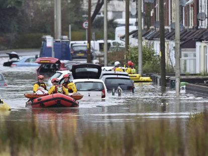Serviços de emergência realizam resgate em Nantgarw (Gales) depois das inundações por causa da tempestade Dennis.