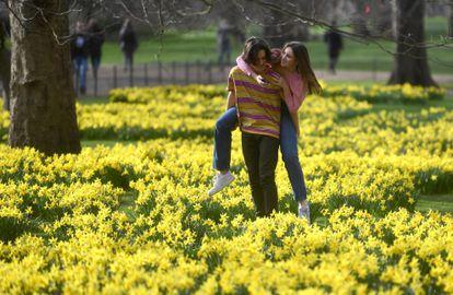 Um casal em um parque de Londres, em 24 de fevereiro.