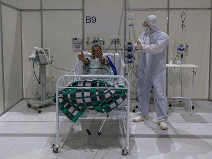 Um fisioterapeuta atende a um paciente com covid-19 no hospital de campanha do Anhembi, em 1 de julho.