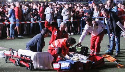 Os serviços de urgência atendem ao acrobata no festival de música de Madri na sexta.