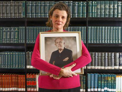 A advogada Luciana Atheniense, que perdeu o pai, o advogado Aristoteles Atheniense, de 84 anos, vítima Covid-19, no início de julho.