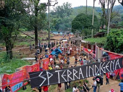 Os Indígenas da etnia Guarani Mbya ocupam a entrada do terreno onde construtora pretende construir torres residenciais.