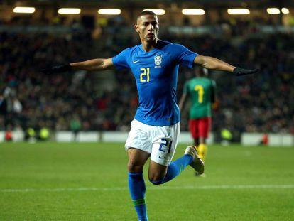 Richarlison comemora o único gol do amistoso contra Camarões.