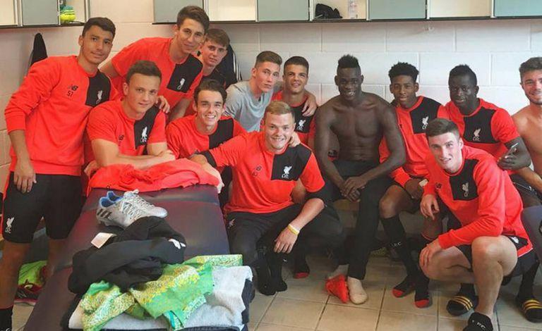 Balotelli com os reservas do Liverpool.