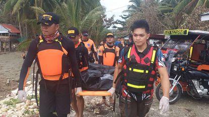 Equipes de resgate recuperam um corpo depois da passagem do tufão Phanfone pelas Filipinas.