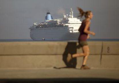 Mulher corre no Malecón, em Havana.