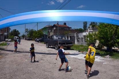 Garotos jogam futebol em Villa Fiorito.