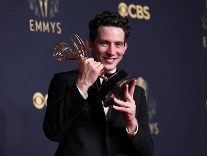 Josh O'Connor exibe o Emmy conquistado por sua atuação como o Príncipe Charles em 'The Crown'.