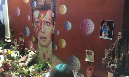Lembranças ante o mural dedicado a Bowie em Brixton.