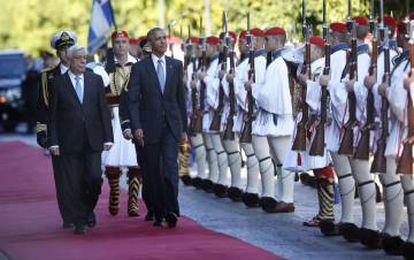Barack Obama e o presidente grego, Prokopis Pavlopoulos, vistoriam a guarda presidencial grega.