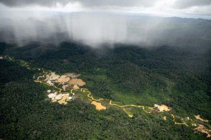 Sobrevoo registra áreas de garimpos ilegais dentro da TI Yanomami, em Roraima, em abril de 2021.