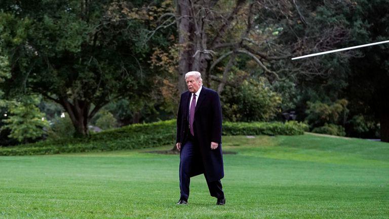 Foto de Trump retornando à Casa Branca na quinta-feira, horas antes do anúncio de seu contágio por covid-19