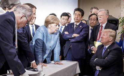 Em imagem disponibilizada pelo Governo alemão, a chanceler Angela Merkel fala com o presidente Donald Trump.
