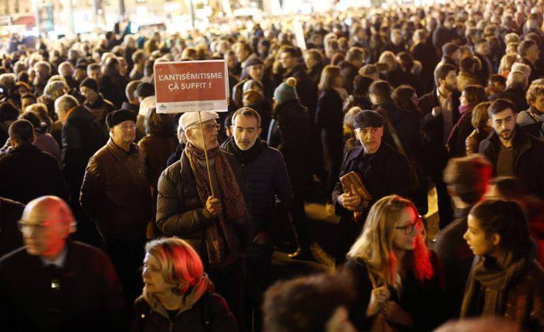 Multidão se manifesta nesta terça-feira na praça da República, em Paris