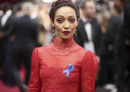 Ruth Negga, com o laço azul, no tapete vermelho.