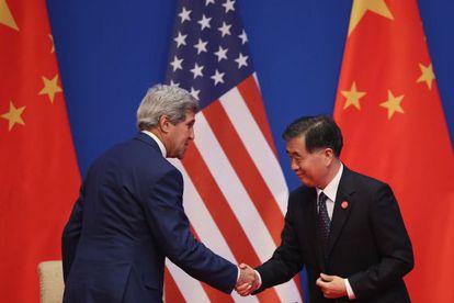 John Kerry e o vice-primeiro-ministro chinês Wang Yang, em Pequim.