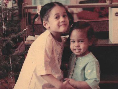 Kamala Harris (à esquerda) com sua irmã, numa foto da sua infância.