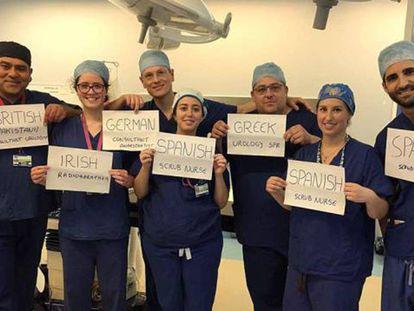 Funcionários do Hospital Universitário Homerton (Londres) mostram cartazes com as suas nacionalidades, em foto divulgada pelo anglo-paquistanês Junaid Masood (à esq.).