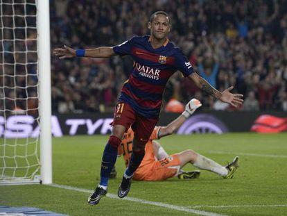 Neymar comemora gol contra o Rayo, no Camp Nou.