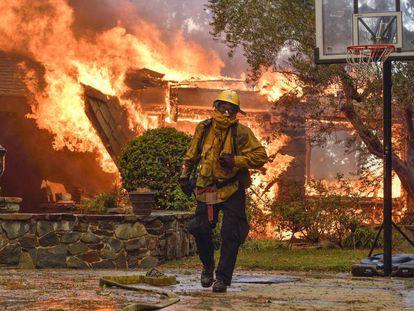 Um bombeiro no incêndio de Anaheim Hills, Califórnia, na segunda-feira.