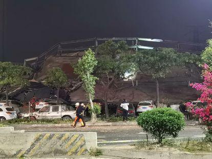 Imagem do hotel desabado. A foto é da conta de Twitter de @ezracheungtoto.