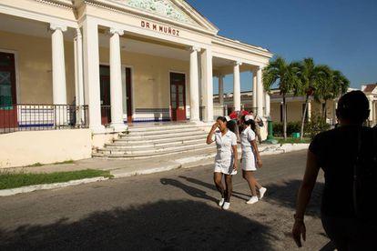 Enfermeiras caminham entre os edifícios do Hospital Salvador Allende. Todos os alunos norte-americanos da ELAM realizam seus estudos do terceiro ao sexto ano de Medicina neste centro.