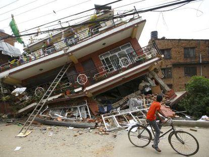 Uma das casas desmoronadas em Katmandú.
