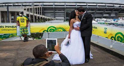 Um casal comemora sua união no Maracanã em 2013.