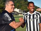 Presidente do Santos apresenta Robinho como novo reforço.
