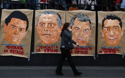 Cartazes de protesto por Iguala erguidos na Cidade do México nesta semana.
