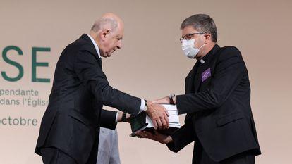 Jean-Marc Sauvé, à esquerda, entrega cópias do relatório sobre pedofilia ao bispo Eric de Moulins-Beaufort, presidente da Conferência Episcopal da França, na terça-feira em Paris.