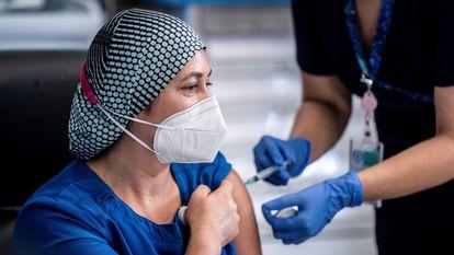 A enfermeira chilena Zulema Riquelme recebe a vacina contra a covid-19.