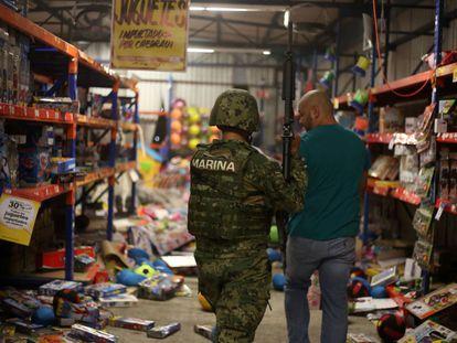 Mais de 250 pessoas foram detidas nas últimas horas por causa de saques e atos de vandalismo cometidos como parte dos protestos contra o aumento do preço dos combustíveis no México. O Governo prometeu conter os abusos com mão firme. Na imagem, um militar da Marinha mexicana faz a segurança de uma loja saqueada em Veracruz, México.