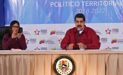 Nicolás Maduro, junto à presidenta da ANC, Delcy Rodríguez.