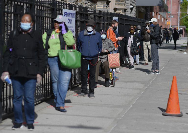 Fila para teste de coronavírus em igreja no Harlem, em Nova York, nesta quinta.