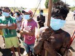Indígenas de los grupos étnicos yeKuana y yanomami llegan al batallón especial fronterizo en Auaris (AM) para recibir atención médica de las Fuerzas Armadas, que se encuentran en la región tomando pruebas rápidas para detectar la covid-19, este martes en Auaris (Brasil).