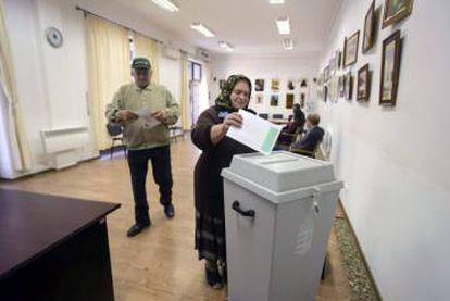 Uma húngara residente na Romênia vota no referendo húngaro sobre os refugiados, na quinta-feira.