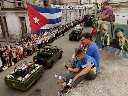 Cubanos presenciam do telhado a passagem dos restos mortais do ex-presidente Fidel Castro, em Santa Clara, Cuba, em dezembro de 2016.
