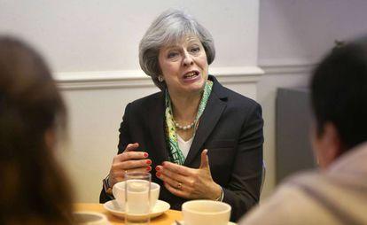 Theresa May durante uma visita a uma instituição em Londres.