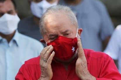 Lula tira a máscara para falar durante a votação de 15 de novembro de 2020.